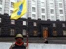 Demonstranti vytvořili stráž, která hlídá budovu kyjevského parlamentu. (23. 2.
