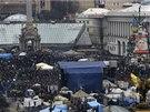 Kyjevské náměstí Nezávislosti zůstává i v neděli plné demonstrantů, kteří zde