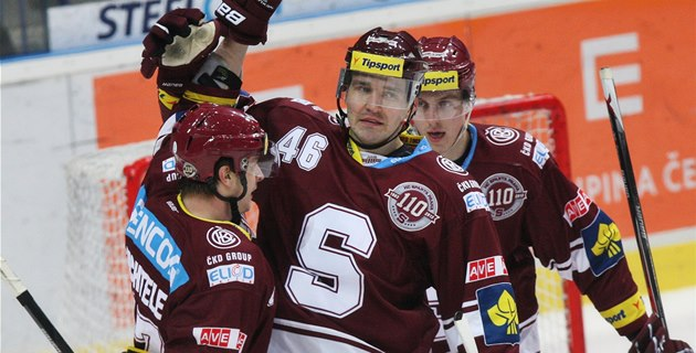 Jan Buchtele, Petr Kumstát (uprost�ed) a Luká� Pech ze Sparty slaví gól.