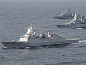 Vlajková loď alianční skupiny HNoMS Thor Heyerdahl (F314) s válečnými plavidly...