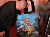 Lobbista Ivo Rittig si prohlíží obraz, který ke svým narozeninám dostal od šéfa...