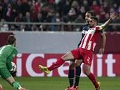 Brankář Manchesteru United David De Gea zasahuje před Giannisem Maniatisem,...