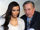 Kim Kardashianová a Richard Lugner na tiskové konferenci před plesem.