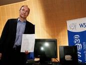 Tim Berners-Lee pózuje u serveru NeXT, na kterém běžela jeho první webová...