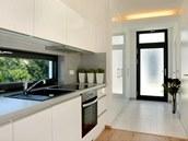 Pásové okno osvětluje pracovní zóny v kuchyni.