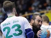 Lovosický házenkář Milan Berka se probíjí karvinskou obranou přes Jana Užka.