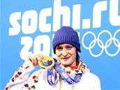 DALŠÍ OLYMPIJSKÉ ZLATO. Rychlobruslařka Martina Sáblíková pózuje s medailí za závod na 5 000 metrů.