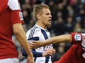 JE TO GÓL? Matěj Vydra z West Browmiche (uprostřed) i protihráči z Fulhamu...