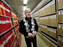 Stig Edqvist mezi regály, které zabírají jen spisy k vraždě Olofa Palmeho.