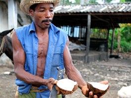 Kosvěžení během výstupu či sestupu poslouží kokosové ořechy.