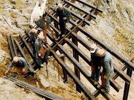 Stavba kovové zábrany, která chrání rakouskou vesnici Galtür před lavinami z...