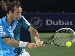 PŘESNÝ BEKHEND. Radek Štěpánek v utkání s Rogerem Federerem na turnaji v Dubaji.
