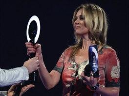 Kate Mossová převzala cenu pro Davida Bowieho v jeho starém kostýmu.
