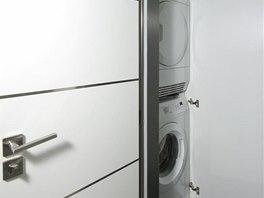 Nedostatek místa v koupelně řeší umístění sušičky nad pračku. Z estetického