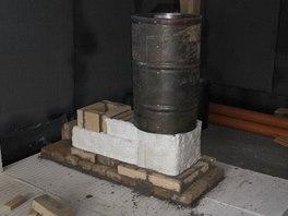Vnější obal komína (zde ze sudu) tvoří bednění pro izolaci z perlitu a jílu.