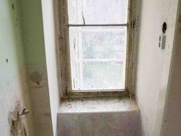 Sprchový kout byl v malé koupelně, do níž se vstupuje z pokoje o ploše 13 metrů