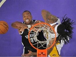 Jason Collins (vleov) z Brooklynu bojuje o míč s Jordanem Hillem z LA Lakers.