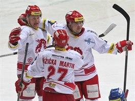 Třinečtí hokejisté se radují z gólu. Zleva stojí Martin Adamský, Martin Růžička a Marek Trončinský.