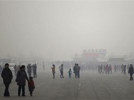 Peking zahalila hustá smogová mlha (25. února 2014).