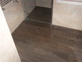 ČTVRTÝ PŘÍBĚH: Při testu sprchového koutu teče voda do prostor koupelny mimo sprchový kout.