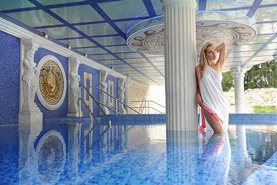 Léčebný / relaxační bazén s termální vodou o teplotě 37 - 38 ° C.