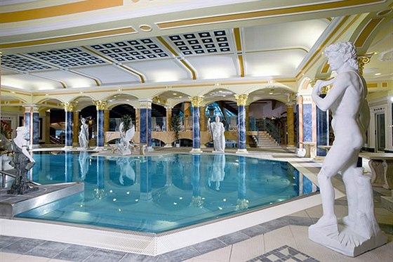 Rehabilitačně plavecký bazén s množství hydromasážních prvků (teplota termální...