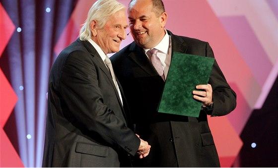 Karel Brückner byl v březnu uveden do Síně slávy. Blahopřeje mu šéf svazu Miroslav Pelta.