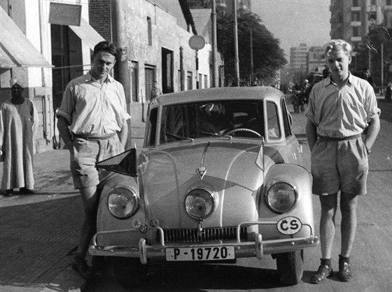 Tatra 87 a cestovatelské legendy. U dveří řidiče stojí Jiří Hanzelka, na druhé straně Miroslav Zikmund.