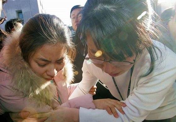 Šok zažívali i Hwangovi studenti - Studentky profesora Hwanga před univerzitou...