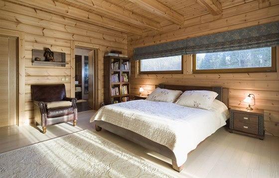 Ložnice s citlivým zastíněním oken nad lůžkem
