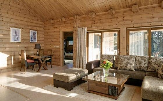 Obývací pokoj nabízí krásné výhledy do zeleně.