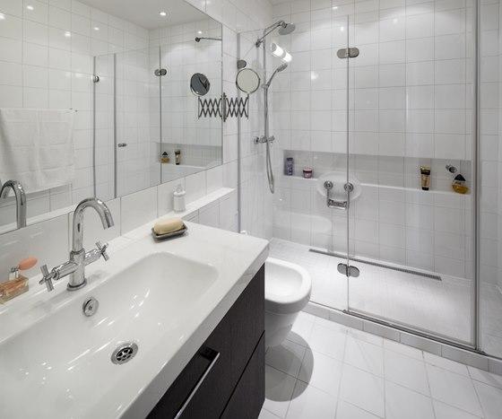 Koupelna po rekonstrukci: vanu nahradil velký sprchový kout se sklopným
