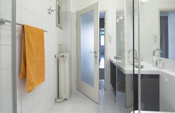 Když se majitelka do bytu nastěhovala, bylo pískované sklo rozbité, nahradil je
