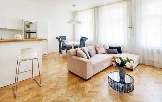 Vrámci rekonstrukce došlo k umístění větší kuchyňské linky do obývacího pokoje.