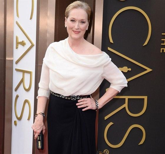 Here�ka Meryl Streepov� v �erno-b�l� hedv�bn� kreaci od Albera Elbaze z m�dn�ho...