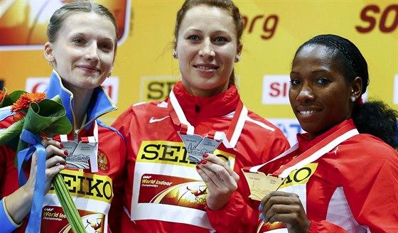 TY NEJLEPŠÍ. Jiřina Svobodová (uprostřed) pózuje se stříbrnou medailí z klání...