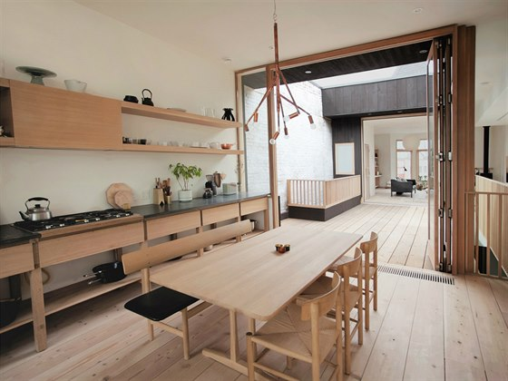 Centrální svítidlo v jídelně vytvořil z měděných trubek švédský designér Jonas...