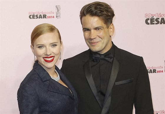 Scarlett Johanssonová a Romain Dauriac na udílení cen Cesar (Paříž, 28. února 2014)