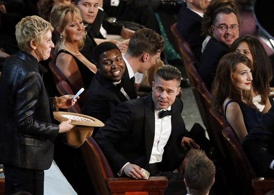 Ellen DeGeneresová vybírá spropitné za pizzu (2. března 2014).