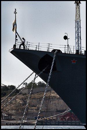 Některé z lodí černomořské flotily kotvících v Sevastopolu.
