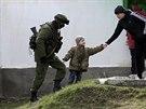 Ruský voják ve vesnici Prevalnoje nedaleko krymského Simferopolu (4. března...