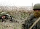Ruský voják střeží leteckou základnu Belbek na Krymu (4. března 2014)