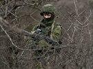 Neidentifikovaní vojáci na Krymu mají zbraně ruské armády.