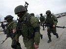 Tajemní vojáci jsou po zuby ozbrojení, mají i kulomety kalašnikov.