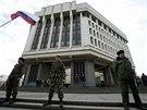 Příslušníci krymské kozácké milice střeží budovu parlamentu v Simferopolu (6....