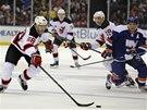 Jaromír Jágr se žene za pukem v utkání s NY Islanders. Jeho akci sleduje Kyle