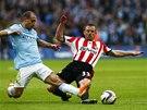 TVRDÝ BOJ. Zabaleta z Manchesteru City (vlevo) a Lee Cattermole ze Sunderlandu.