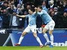 EUFORIE. Samir Nasri (vlevo) z Manchesteru City právě otočil finále ligového