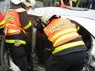 Hlavně opatrně. Náročné vyprošťování řidiče trvalo hasičům zhruba patnáct