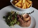 Chlouba podniku – lahodný tatarský biftek servírovaný se salátem a hranolky